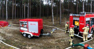 Codzienna służba strażaków to też różne kursy oraz szkolenia. Dziś strażacy ćwiczyli w lesie mimo niesprzyjającej pogody!
